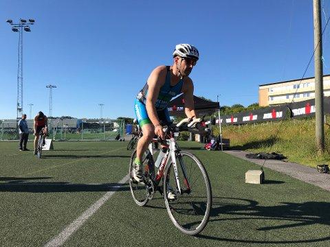 Ironman er i full gang. Her er Michael Gräfe fra Haugesund Triathlonklubb på vei ut på sykkeldistansen.