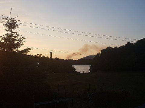 MYE RØYK: Slik så brannen ut fra Føyno.