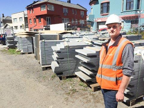 Prosjektleder John B. Stolt-Nielsen i Bergen Bydrift ber gjerningsmennene bak hærverket om å ta kontakt. Han sitter på film av hærverket.