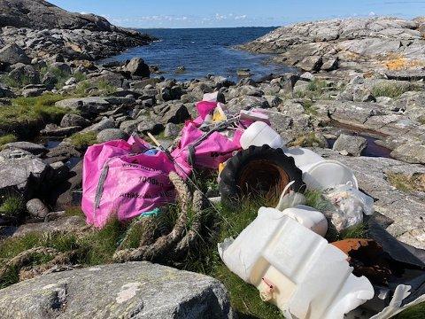 VÆRHARDT OMRÅDE: Vikene langs Slettå er ikke enkle å komme til i med Friluftsrådets båt når dønningene slår inn fra vest. Til å hente ut denne oppsamlingen mellom Lyngholm og Ryvarden kan det bli aktuelt å ta i bruk helikopter.