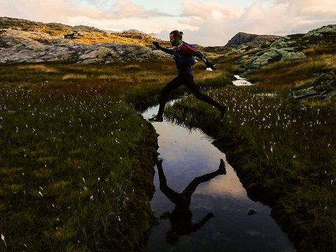 Gjermund Nordskar og Vegard Engesli løp den 89 km lange turen fra Seljestad til Olalia. Her er det Vegard som løper.