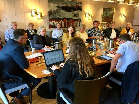 HAR ANMELDT: Karmøy formannskap samlet mandag ettermiddag.Til venstre ordfører Jarle Nilsen og ved siden av ham, rådmann Vibeke Vikse Johansen. Kommunen har nå anmeldt båt for ulovlig utslipp.