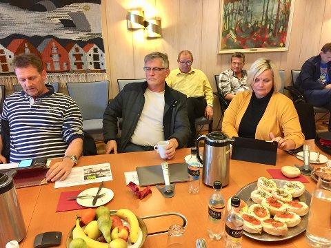 SAK I GRØFTA: - Vi kan ikke bestemme full gass. Dette bekymrer meg, sa Høyres Tor Kristian Gaard (i midten) under formannskapsmøtet i Karmøy mandag. Til venstre Robin Hult (Ap) og Aase Simonsen (H).