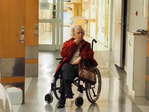 UTSKRIVNINGSKLAR: Sigvor Ørjansen (95) er en av mange utskrivningsklare pasienter som blir værende på sykehuset i påvente av pleietilbud fra kommunen.