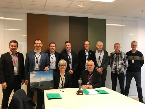 NY AVTALE: (f.v) Gunnar Birkeland ,Dr. Nenad Keseric, Leif Delp, Stig Walle, Anders Wikborg, Morten Tufte, Svein-Egil Dretvik, Arne Eik. (foran) Mona Riis og Bernt Hellesøe.
