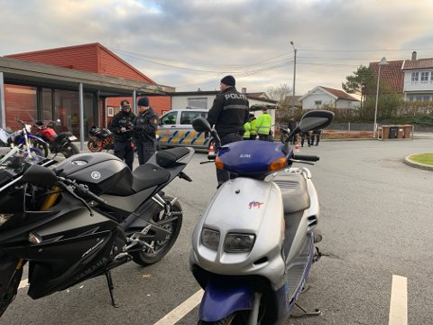 22 mopeder ble kontrollert under aksjonen på Åkra. Ingen av mopedene på bildet var ulovlige.