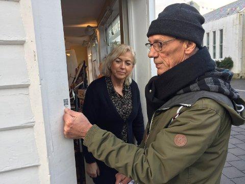 BYGD I 1890: Hellen Karin Lund, innehaver av Madame Parfymeri, kjøpte bygget i 2003. Det ble bygd i 1890. Leif Arne Storm fra Kopervik & Omegn Historielag har festet QR-kode på dørkarmen slik at folk kan se via Tidsmaskinen hvordan det så ut tidligere.
