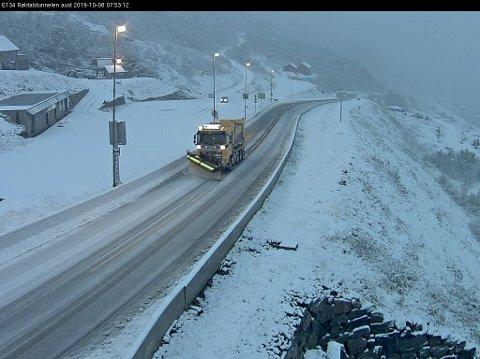 Snø og brøytebil ved Røldalstunnelen på E 134.