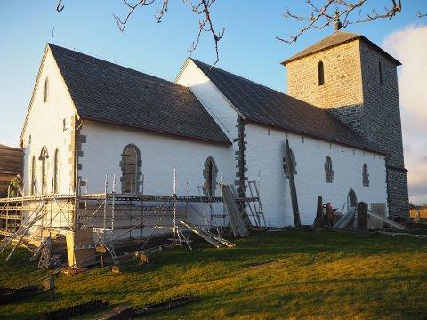 NYTT UTRYKK: Slik så Avaldsnes kirke ut fredag morgen da de fleste stillasene var fjernet på nordveggen etter renoveringen.