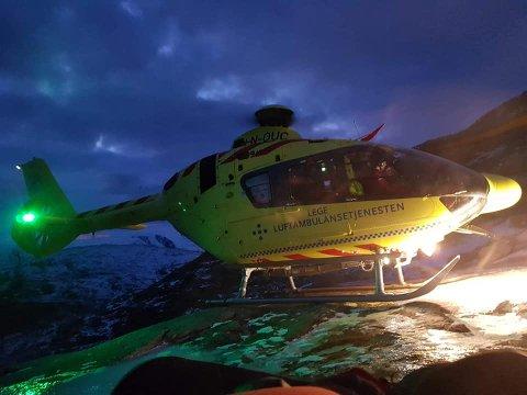 HENTET NED: En person ble søndag fraktet ned fra fjellet med luftambulanse.