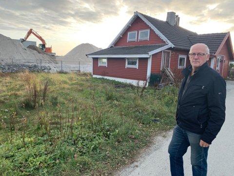 SOLGTE GÅRDEN: David Didriksen ved barndomshjemmet som nå er solgt. I bakgrunnen jobber gravemaskiner i den tidligere gulrotåkeren hans.