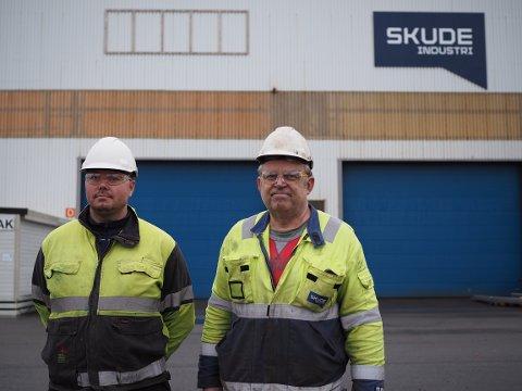 SJOKKERTE: Hovedtillitsvalgt Ivan Larsen og ansatt Ove Harald Dale forteller at de ansatte er sjokkerte over at 35 personer i selskapet kan bli sagt opp. Beskjeden fikk de onsdag, bare seks dager før jul.