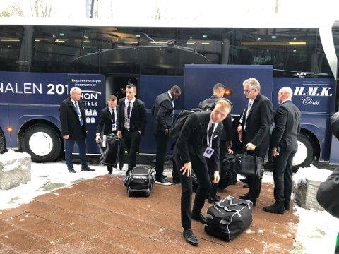 I FINSTASEN: Her ankommer FKH-spillerne Ullevaal før cupfinalen mot Viking.