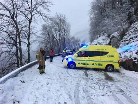 SNØ: Det er snødekke og glatt vegbane i område der ulykken skjedde.