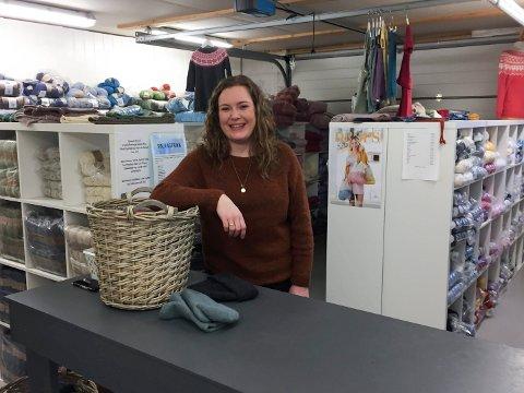 LAGER I GARASJEN: Helene Djuve Ferkingstad startet i 2016 nettsiden garnpånett. Garasjen hjemme på Ferkingstad er butikkutsalg og lager.