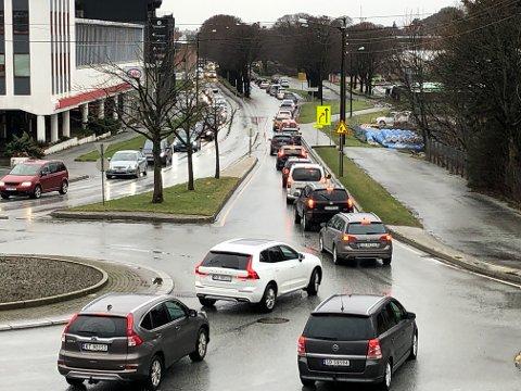 Torsdag ettermiddag i forrige uke. Det ser ut til å være mer kø enn vanlig i Karmsundgata, nå som ett kjørefelt er midlertidig stengt.