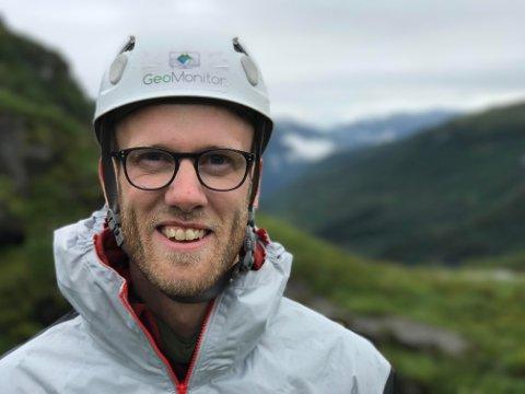INSTALLERER: Ofte må Eivind Susort høyt til fjelles eller opp i stupbratte fjord-sider for å installerere de autonome kameraene som sikrer GeoMonitor informasjonen de selger.