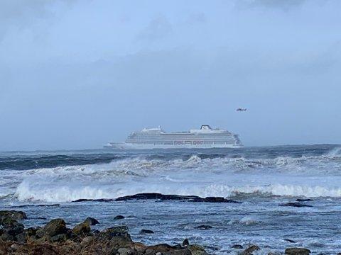 Hustadvika  20190323. Cruiseskipet Viking Sky har sendt ut mayday-melding, og det driver mot land, opplyser Hovedredningssentralen. Redningssentralen har sendt flere helikoptre og fartøy mot stedet. Foto: Odd Roar Lange / NTB scanpix