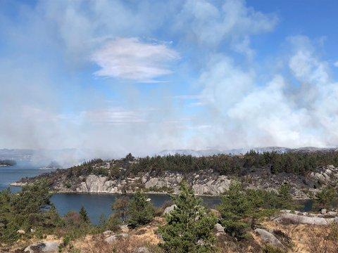 Kraftig røyk og brann på flere steder. Bilde tatt mot nord med Hetlandsvågen i forkant.