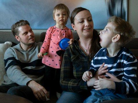 SAMMENSVEISET FAMILIE: Jan Sverre Bauge, Marie Werenfels, storebror Casper (6) og lillesøster Lone (1,5).