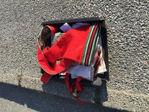 FANT DETTE I VEIBANEN: Diverse bunadsting ble funnet i veibanen på Torvastad onsdag ettermiddag. Nå håper Kjetil Rameckers at eieren tar kontakt, så de får tingene sine igjen før 17. mai.