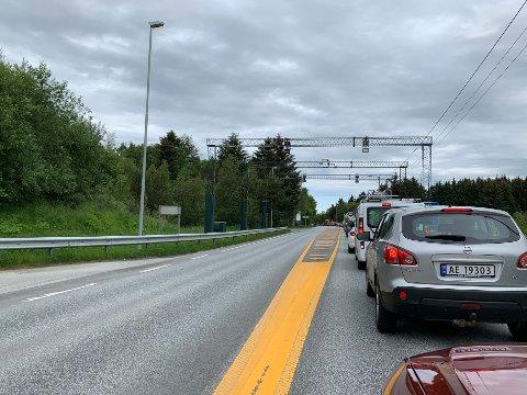 KØ: Kø i nordgående kjørefelt på Fv. 47 på Karmøy etter trafikkulykken i Vorråvegen.
