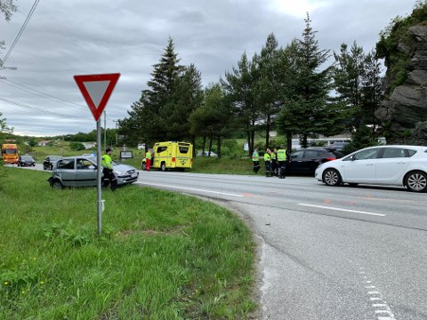 ULYKKE: To biler var involvert i en ulykke i Vorråvegen på Karmøy.