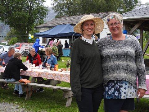 FINE DAMER PÅ HAGEFEST: Solveig Hortmann, leiar i Vikebygd grendelag, og Anne Sofie Sandvik (t.h.), som leiar Vindafjords trivelsesprosjekt «Vakre Vindafjord», koste seg under hagefesten med langbord, blomar, song og musikk i Vikebygd.