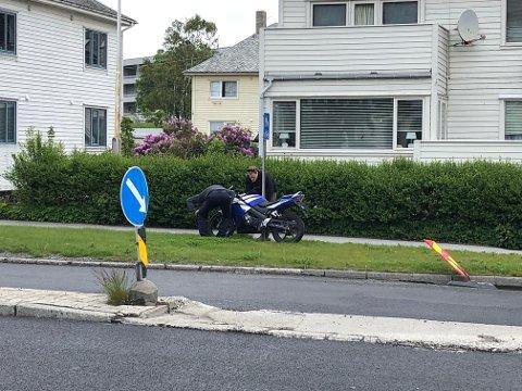 Motorsykkelen ble flyttet ut av veibanen etter velten.