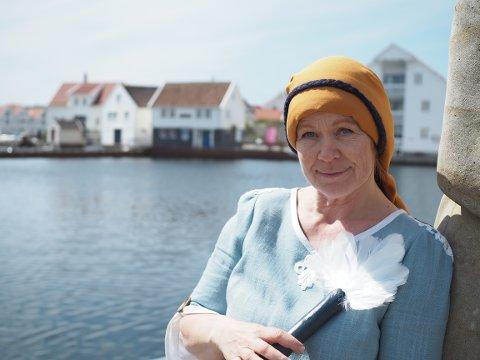 BYVANDRING: «Damå i parken» spilles av Janna Kari Kvinnesland. Kostymet er laget av Emilie Muff.