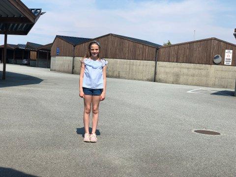 FØDT HER: Akkurat på denne parkeringsplassen på Geitafjellet ble Serenne Bakkevold (10) født den 22. juni for ti år siden.