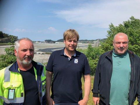 NÅ: Anleggsleder Øyvind Stange og daglig leder Kai Peder Birkeland i Birkeland Maskin, sammen med Rolf Viksund i Haugaland Handelspark. Trioen er fornøyd med grunnarbeidet er ferdig på drøyt 50 mål sør for Raglamyr.