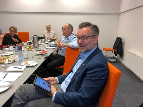 Karmøy-ordfører Jarle Nilsen og fylkesordfører Solveig Ege Tengesdal  har ikke mye godt å si om innholdet i alle innleggene til de ivrigste motstanderne mot omkjøringsveien. Er sitter Nilsen og leser det siste innlegget.