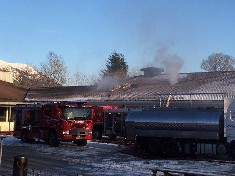 FÅR NY SKULE: I tillegg til å byggja opp att den brannskadde administrasjonsavdelinga på Skjold skule skal lokala for mellomtrinnet rehabiliterast. Her eit bilete frå brannen i 2018.