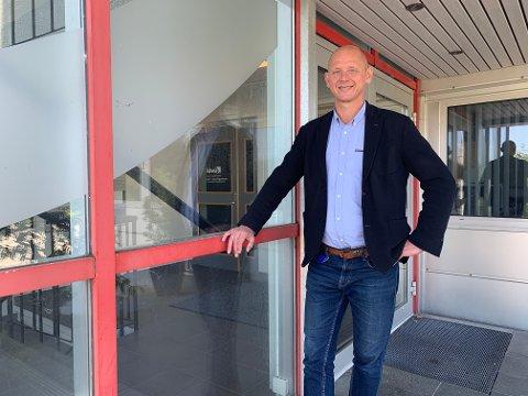 SØKER: Tore Meinert begynte som næringsutvikler i Utsira kommune i fjor høst. Nå kan han ta steget opp. Arkivfoto.