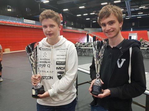 TIL TOPPS: Sander Fuglestein (t.v.) og Simen Sørensen fra Sevland Sjakklubb vant hver sin klasse i landsturneringen i sjakk. FOTO: PRIVAT