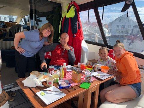 Storkoser seg i Skudeneshavn. Marianne, Nils Magne, Silje og Sara nyter frokosten om bord i båten.