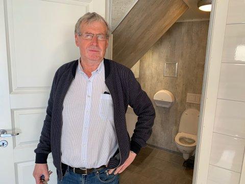 Tor Jan Naley i Skudeneshavn Båtforening viser frem det nye toalettet og dusjene foreningen har investert i.