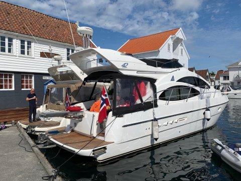 Gjestene fra Sotra på plass ved brygga til Skudeneshavn Båtforening.