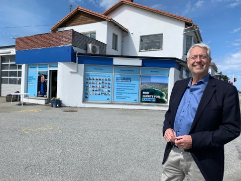 Den tidligere bensinstasjonen i Åkrehamn sentrum er omgjort til valglokale for Høyre. Leder, Jan Birger Medhaug er storfornøyd med beliggenheten.