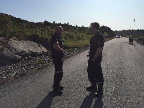 SIKRER SPOR: Politiets innsatsleder Terje Heldal til venstre.