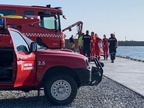 En båt er i ferd med å synke i Åkra i Karmøy kommune. Alle som var om bord, er tatt opp fra sjøen, opplyser brannvesenet.
