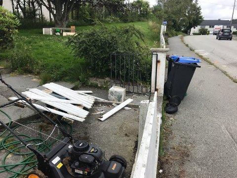 KRASJ: Her kjørte personbilen inn i gjerdet i Stavangergata onsdag ettermiddag.