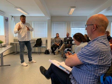 Fiskebåteier Helge Vikshåland (t.h) gav klar melding til fiskeriminister Harald T. Nesvik om hva han synes om forslaget til nye kvoteregler.