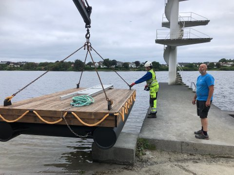 Enrico Wehr i Haugesund kommune og Andreas Dunkley i Friluftsrådet Vest (t.h.) fikk flytebryggen tilbake i Skeisvatnet fredag formiddag.