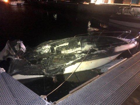 Flere av båtene er totalskadet. Totalt har fem båter fått skader, og alle er mindre fritidsbåter som lå ved siden av hverandre.