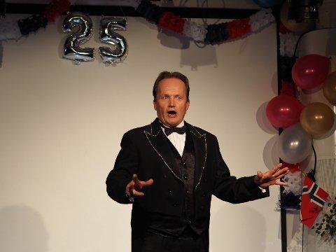 OVERRASKELSE: Cirkus Agora med sirkusdirektør Jan Ketil Smørdal bidro til feringen av Norheim skole som i år er 25 år. Sirkuset er selv på jubileumsturné for å feire sine 30 år som Agora.