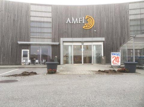 SPARKET NED: Blomstene utenfor Amfi Åkrehamn ble sparket ned fredag kveld.