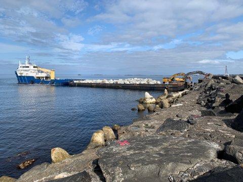 Mandag morgen ankom lekteren med stein som skal brukes til å forsterke moloen på Ferkingstad.