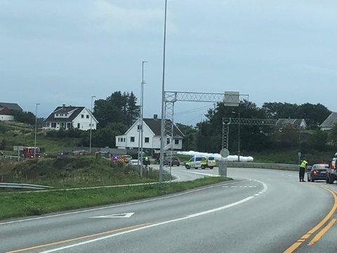 Brannen skaper trafikale utfordringer ved Karmsund bro.
